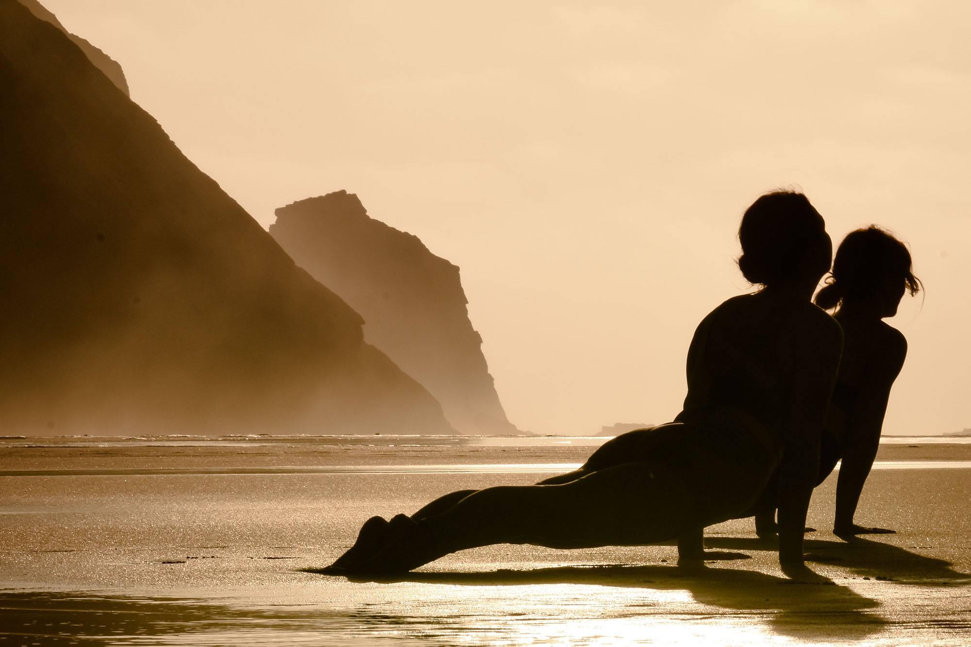 https://www.soulandsurf.com/wp-content/uploads/2021/07/@katiearaephoto_Yoga_On-the-beach_2.jpg