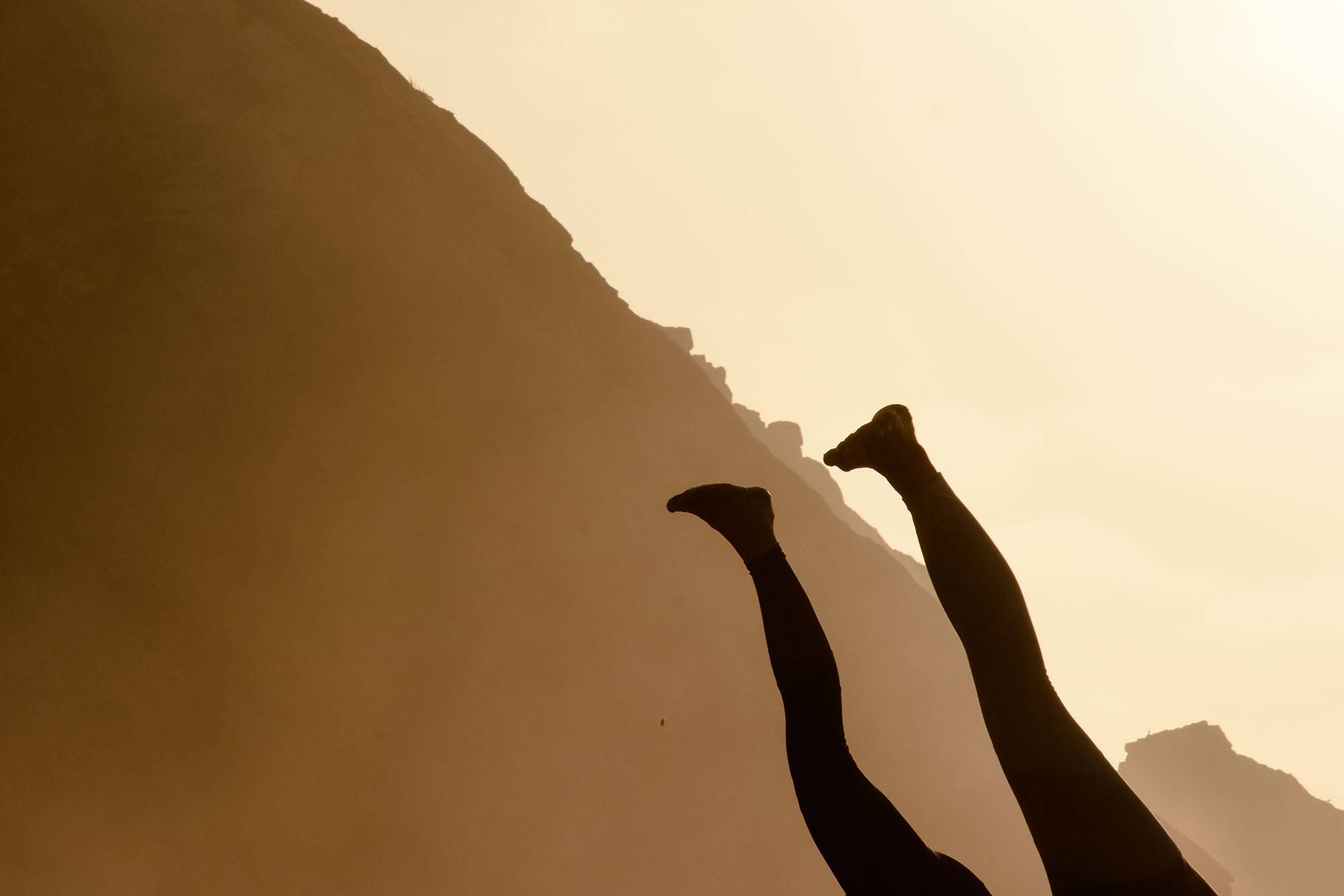 https://www.soulandsurf.com/wp-content/uploads/2021/07/@katiearaephoto_Yoga_On-the-beach_3.jpg