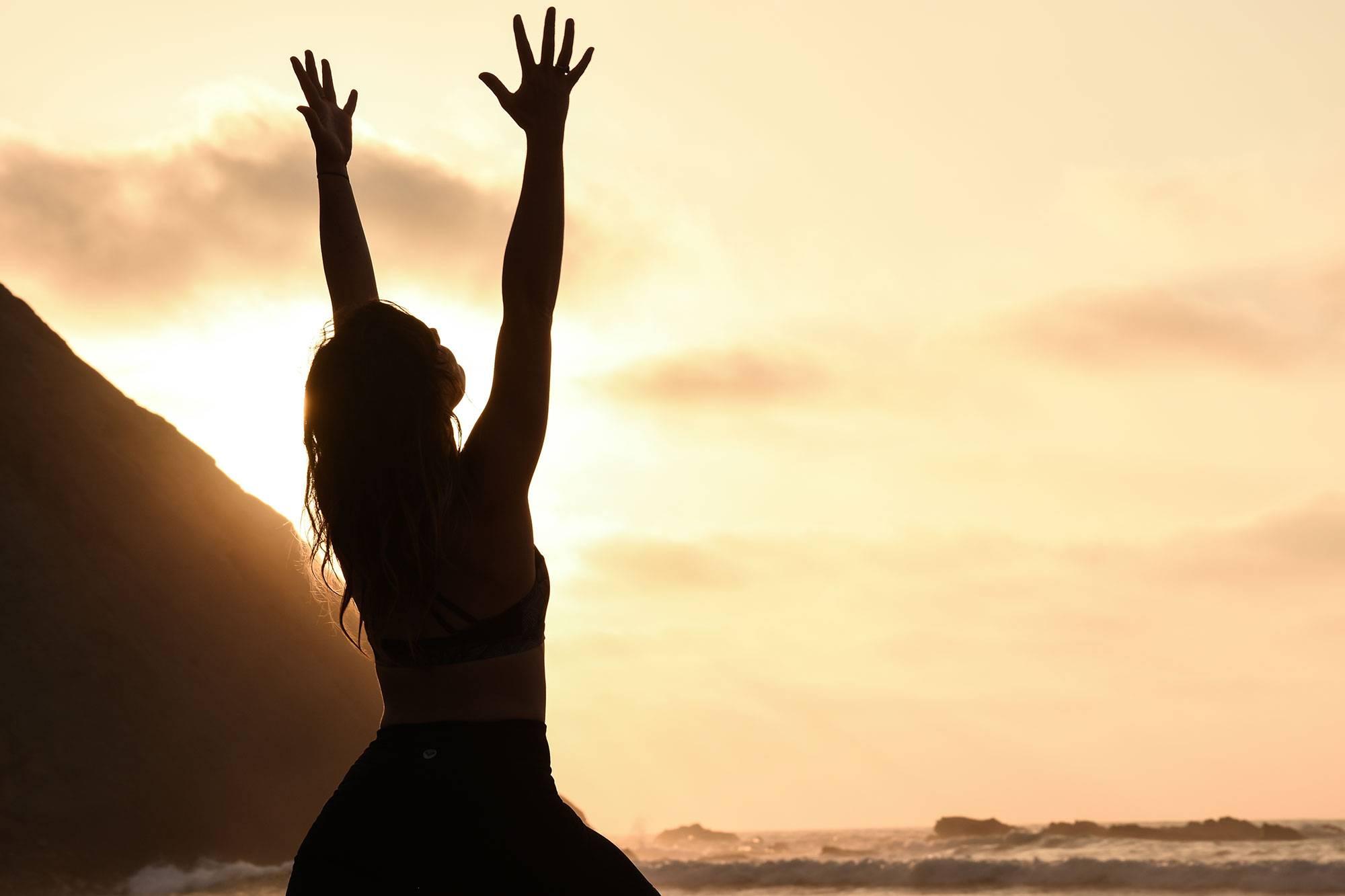https://www.soulandsurf.com/wp-content/uploads/2021/07/@katiearaephoto_Yoga_On-the-beach_4.jpg Image